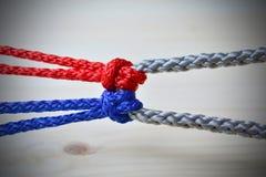 Conceito da conexão como as cordas amarraram ligado junto imagens de stock