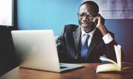 Conceito da conexão de Laptop Networking Communication do homem de negócios foto de stock royalty free
