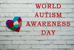 Conceito da conscientização do autismo com coração de partes coloridas Imagens de Stock