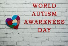 Conceito da conscientização do autismo com coração de partes coloridas Imagem de Stock