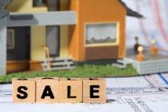 Conceito da construção e venda da propriedade imagens de stock royalty free
