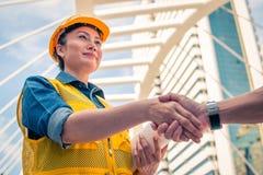 Conceito da constru??o e do coordenador Trabalhador da constru??o no protec imagens de stock royalty free