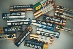 Conceito da contaminação da bateria Baterias do close-up Conceito ambiental do dano Baterias da contaminação ambientais para o DE imagens de stock