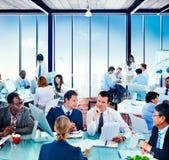Conceito da conversação da discussão do escritório de uma comunicação global dos povos fotografia de stock royalty free