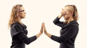 Conceito da conversa do auto Jovem mulher que fala a si mesma, mostrando gestos Retrato dobro de duas vistas laterais diferentes Foto de Stock