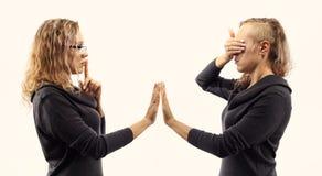 Conceito da conversa do auto Jovem mulher que fala a si mesma, mostrando gestos Retrato dobro de duas vistas laterais diferentes Fotos de Stock