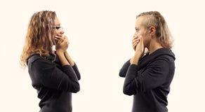 Conceito da conversa do auto Jovem mulher que fala a si mesma, mostrando gestos Retrato dobro de duas vistas laterais diferentes Imagens de Stock