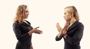 Conceito da conversa do auto Jovem mulher que fala a si mesma, mostrando gestos Retrato dobro de duas vistas laterais diferentes Imagem de Stock