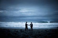 Conceito da cooperação da praia do aperto de mão do negócio Fotografia de Stock