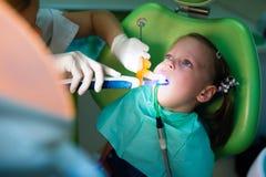 Conceito da criança, da medicina, do stomatology e dos cuidados médicos - ascendente próximo imagens de stock royalty free