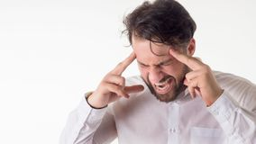 Conceito da crise: Olhos fechados sobrecarregados do homem de negócios com as mãos na cabeça e a gritaria isoladas no fundo branc Imagens de Stock Royalty Free