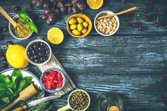 Conceito da culinária mediterrânea Fruto, ervas e aperitivos diferentes na tabela de madeira Foto de Stock
