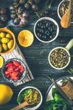 Conceito da culinária mediterrânea Fruto, ervas e aperitivos diferentes no vertical de madeira da tabela Fotos de Stock Royalty Free