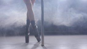 Conceito da dança e da acrobacia Dança magro nova do polo da mulher no interior escuro com luminoso e fumo video estoque