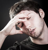 Conceito da depressão - homem novo triste imagem de stock