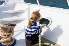 Conceito da descoberta A criança pequena aprecia o curso de mar no navio, descoberta Descoberta nova Lançamento para fora em uma  imagens de stock royalty free