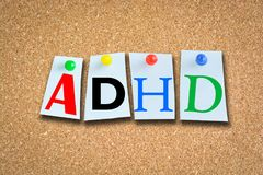 Conceito da desordem da hiperatividade do deficit de atenção com texto de ADHD no quadro de avisos da cortiça Foto de Stock Royalty Free