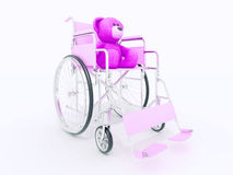 Conceito da desvantagem da criança: urso de peluche marrom na cadeira de rodas Imagens de Stock