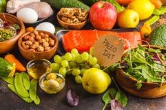 Conceito da dieta de Paleo Fundo equilibrado do alimento na tabela cópia fotos de stock