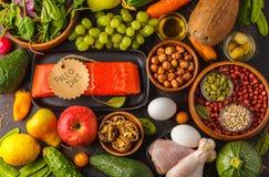 Conceito da dieta de Paleo Fundo equilibrado da obscuridade do alimento VE crua fresca imagens de stock royalty free