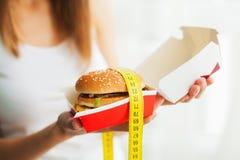 Conceito da dieta e do fast food Mulher excesso de peso que est? em Weighin imagens de stock