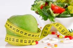 Conceito da dieta - maçã, tabuleta, fita métrica e alface verdes Imagem de Stock