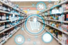Conceito da distribuição do canal de mercado do comércio eletrónico do carrinho de compras no fundo do supermercado fotografia de stock