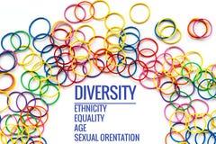 Conceito da diversidade misture o elástico colorido no fundo branco com a diversidade do texto, afiliação étnica, igualdade, idad imagem de stock royalty free