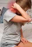 Conceito da dor A mulher tem a dor de pescoço fotografia de stock