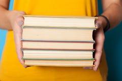 Conceito da educa??o da biblioteca da ci?ncia, pilha da pilha de livro imagens de stock