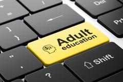 Conceito da educação: Dirija com símbolo da finança e ensino para adultos no fundo do teclado de computador Fotografia de Stock