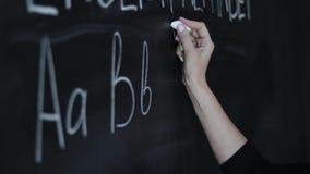 Conceito da educação - conceito do quadro-negro da escola do alfabeto de ABC Professor que escreve o alfabeto de ABC na classe in video estoque