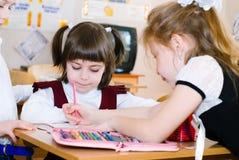 Conceito da educação - eduque estudantes na classe fotos de stock
