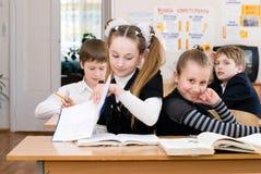 Conceito da educação - eduque estudantes na classe foto de stock royalty free