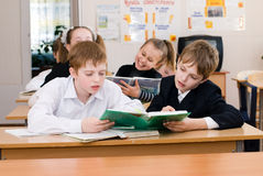 Conceito da educação - eduque estudantes na classe imagem de stock royalty free