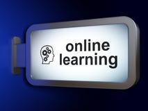 Conceito da educação: Em linha aprendizagem e cabeça com as engrenagens no billbo Foto de Stock