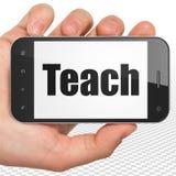 Conceito da educação: A mão que guarda Smartphone com ensina na exposição Foto de Stock Royalty Free