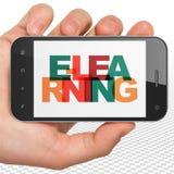Conceito da educação: Mão que guarda Smartphone com o ensino eletrónico na exposição Imagens de Stock Royalty Free