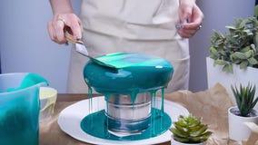 Conceito da empresa de pequeno porte e do passatempo Mulher que decora bolos com esmalte espelhado filme