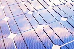 conceito da energia solar da ilustração 3D Reflexão do céu do por do sol no painel fotovoltaico Poder, ecologia, tecnologia ilustração do vetor