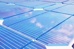 conceito da energia solar da ilustração 3D Reflexão do céu do por do sol no painel fotovoltaico Poder, ecologia, tecnologia ilustração royalty free