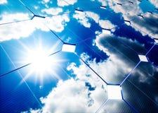 Conceito da energia solar Reflexão do céu azul no painel fotovoltaico ilustração do vetor