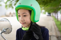 Conceito da equitação da segurança Menina asiática feliz antes de montar no motorbik fotografia de stock