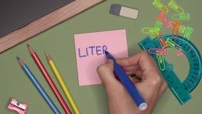 Conceito da escola DIA da INSTRUÇÃO da escrita da mão da mulher no bloco de notas filme