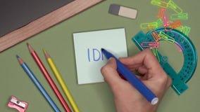 Conceito da escola IDEIA da escrita da mão da mulher no bloco de notas video estoque
