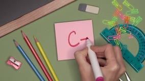 Conceito da escola A mão da mulher que escreve c, marca satisfatória no bloco de notas filme
