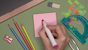 Conceito da escola A mão da mulher que escreve F no bloco de notas filme