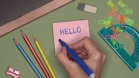 Conceito da escola A mão da mulher que escreve o VERÃO do OLÁ! no bloco de notas vídeos de arquivo