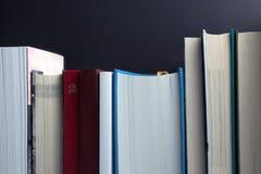 Conceito da escrita e da leitura Estante com fundo preto fotos de stock royalty free