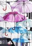Conceito da estação das chuvas da decoração colorida dos guarda-chuvas Fotos de Stock Royalty Free